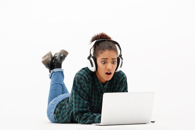 Portret Młoda Afrykańska Kobieta Z Laptopem Na Bielu Darmowe Zdjęcia