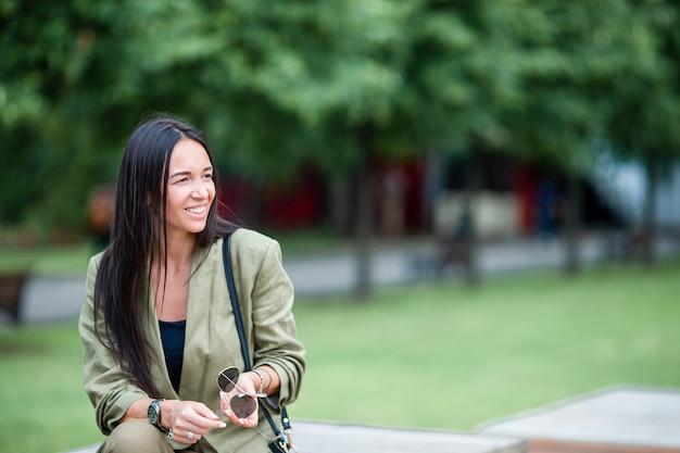 Portret młoda atrakcyjna turystyczna kobieta outdoors Premium Zdjęcia