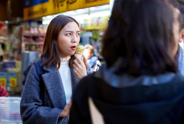 Portret Młoda Azjatykcia Kobieta Outdoors Premium Zdjęcia