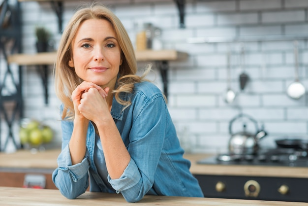 Portret młoda blondynki kobieta patrzeje kamerę Darmowe Zdjęcia