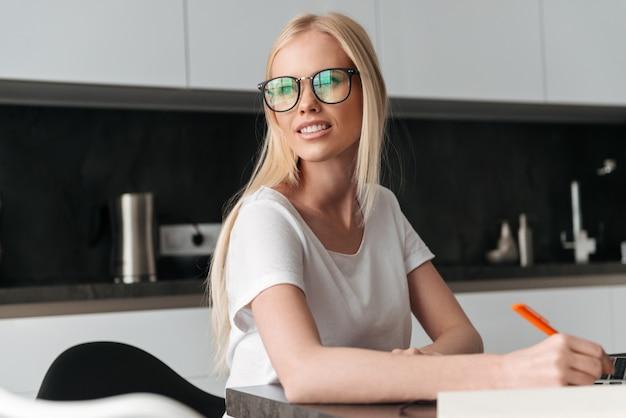 Portret Młoda Blondynki Kobieta Pracuje W Domu Darmowe Zdjęcia