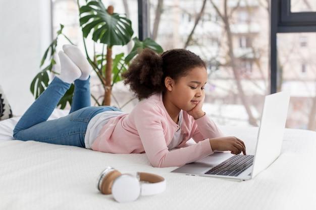 Portret Młoda Dziewczyna Używa Laptop Darmowe Zdjęcia