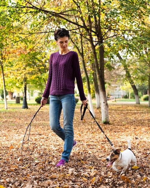 Portret młoda kobieta z jej psem w parku Darmowe Zdjęcia