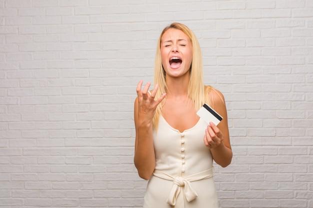 Portret Młoda ładna Blondynki Kobieta Przeciw Cegły ścianie Bardzo Okaleczał I Przestraszony Premium Zdjęcia