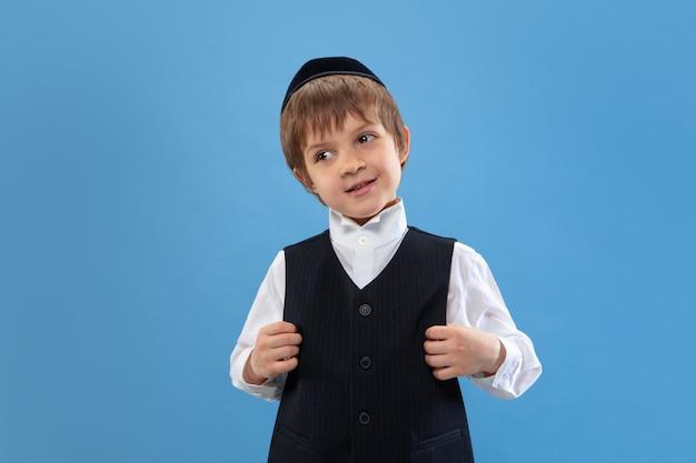 Portret Młoda Ortodoksyjna żydowska Chłopiec Odizolowywająca Na Błękitnym Studiu Darmowe Zdjęcia
