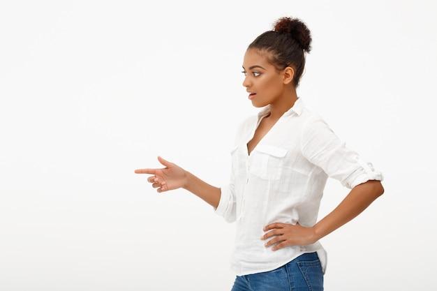 Portret Młoda Piękna Afrykańska Dziewczyna Nad Biel ścianą Darmowe Zdjęcia
