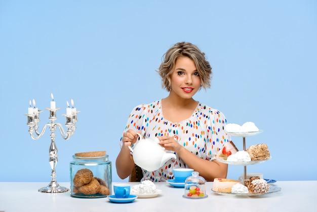Portret Młoda Piękna Kobieta Z Cukierkami Nad Błękit ścianą Darmowe Zdjęcia
