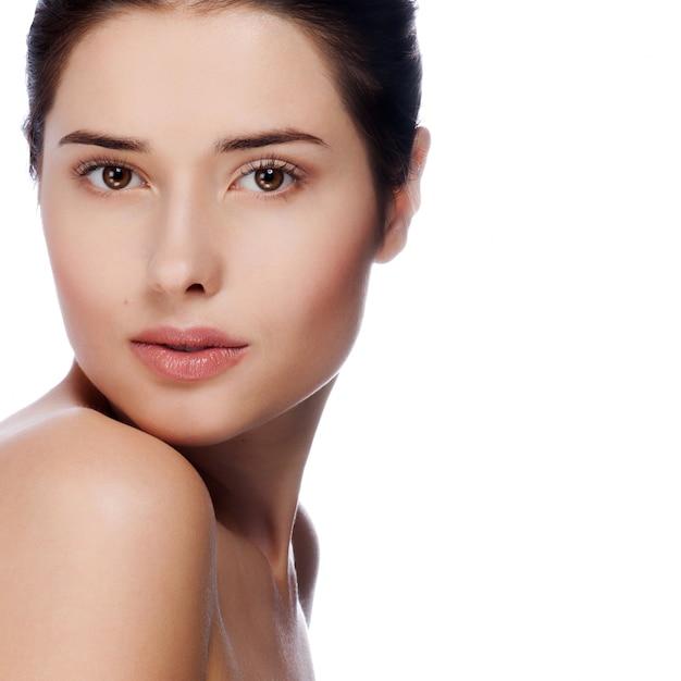 Portret młoda piękna kobieta z zdrową skórą Premium Zdjęcia
