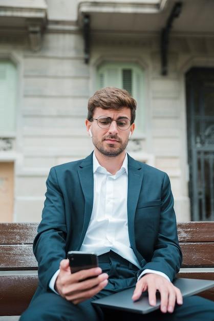 Portret Młodego Biznesmena Wideo Dzwoni Na Telefon Komórkowy Darmowe Zdjęcia