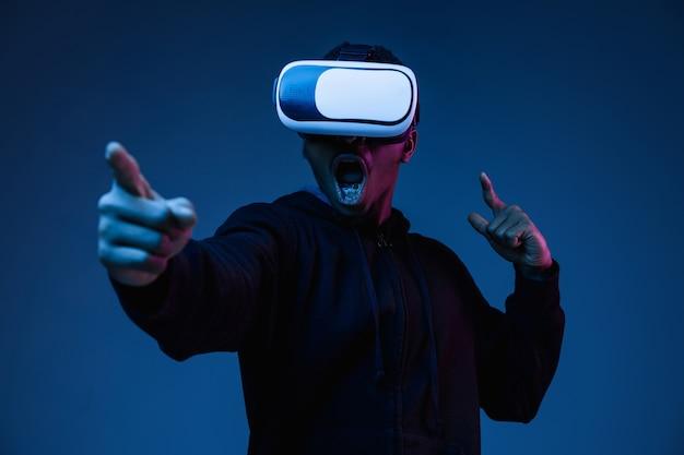 Portret Młodego Mężczyzny Grającego W Okularach Vr W świetle Neonu Darmowe Zdjęcia