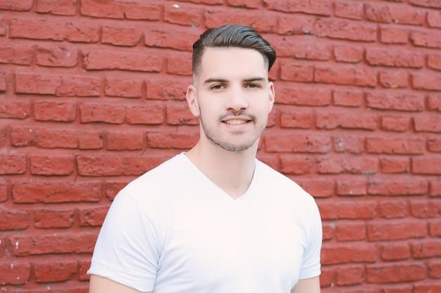 Portret młodego mężczyzny łacińskiego. Premium Zdjęcia