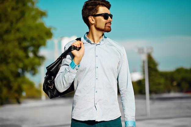 Portret Młodego Mężczyzny Stylowe Pewnie Szczęśliwy Przystojny Model W Tkaniny Hipster Z Torbą Na Ulicy, Styl życia Darmowe Zdjęcia
