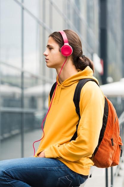 Portret Młodego Podróżnika Ze Słuchawkami Darmowe Zdjęcia