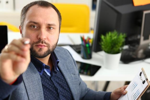 Portret Młodego Przystojnego Obiecującego Biznesmena W Biurze Premium Zdjęcia