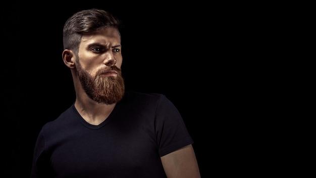 Portret Młodego Przystojny Kaukaski Brodaty Mężczyzna Premium Zdjęcia