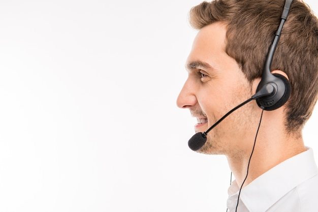 Portret Młodego Uśmiechniętego Agenta Call-center Premium Zdjęcia