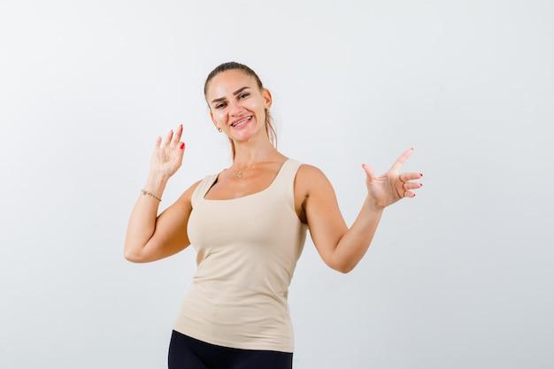 Portret Młodej Damy Wskazując Dalej, Pokazując Znak Ok W Beżowym Podkoszulku I Patrząc Wesoły Widok Z Przodu Darmowe Zdjęcia