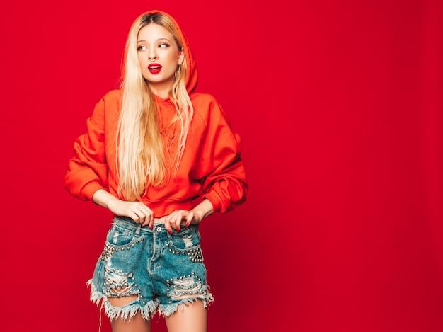 Portret Młodej Dziewczyny Piękne Hipster Złe W Modnej Czerwonej Bluzie Z Kapturem I Kolczyk W Nosie. Pozytywny Model Zabawy Darmowe Zdjęcia