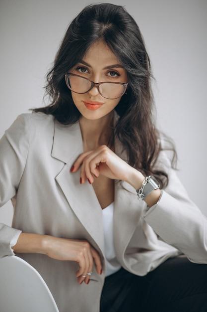 Portret Młodej Kobiety Biznesu Siedzi W Biurze Darmowe Zdjęcia