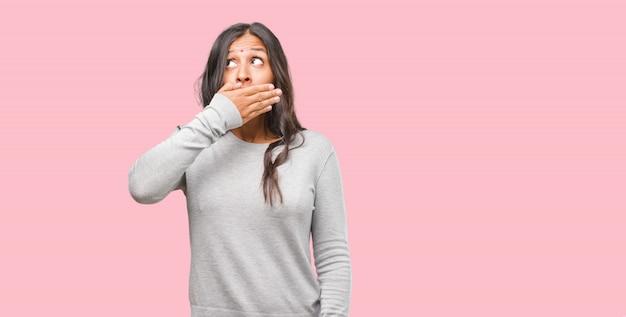 Portret Młodej Kobiety Indyjskie Obejmujące Usta, Symbol Ciszy I Represji, Starając Się Nie Powiedzieć Nic Premium Zdjęcia