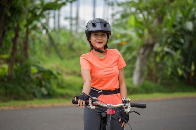 Portret Młodej Kobiety Piękne Azjatyckie, Jazda Na Rowerze Premium Zdjęcia
