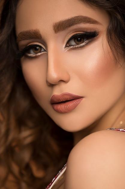 Portret Młodej Kobiety Piękne Moda Makijaż I Mokre Włosy. Darmowe Zdjęcia