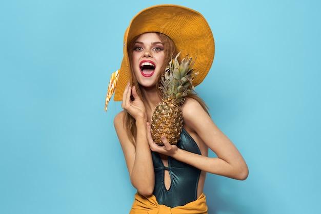 Portret Młodej Kobiety Piękne Z Ananasem Gospodarstwa Kapelusz Premium Zdjęcia