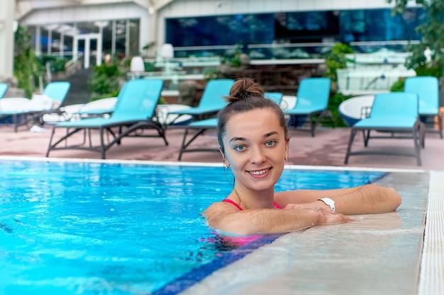 Portret Młodej Kobiety Szczęśliwy ładny Radosny Pływanie W Basenie Podczas Relaksu W Ośrodku Spa Wellness Premium Zdjęcia