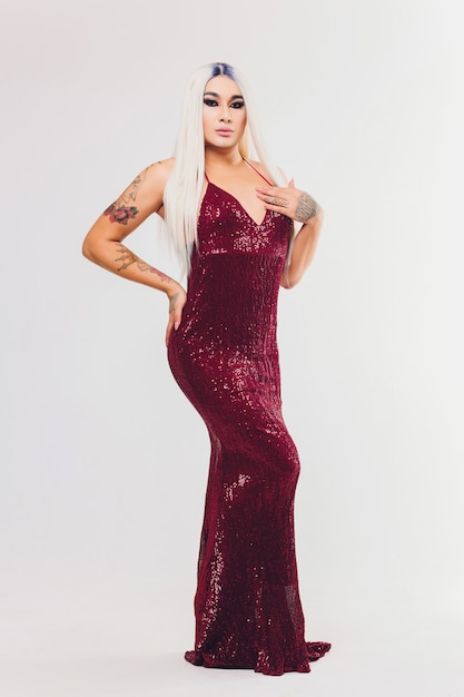 Portret Młodej Kobiety Transpłciowej Na Czerwonej Sukience Z Cekinami Premium Zdjęcia