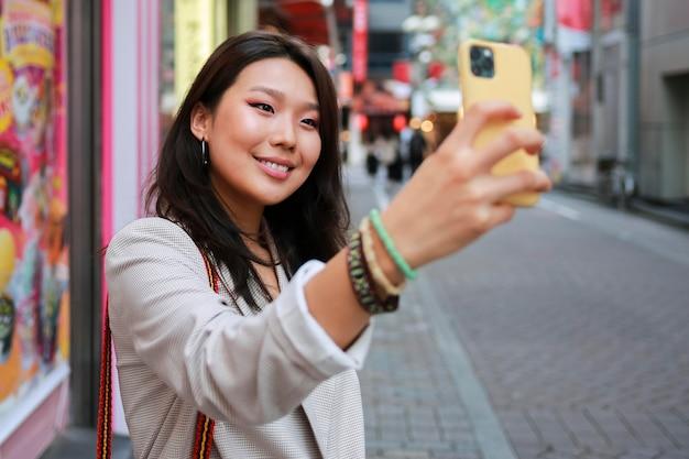 Portret Młodej Kobiety Uśmiechając Się Na Ulicy Darmowe Zdjęcia