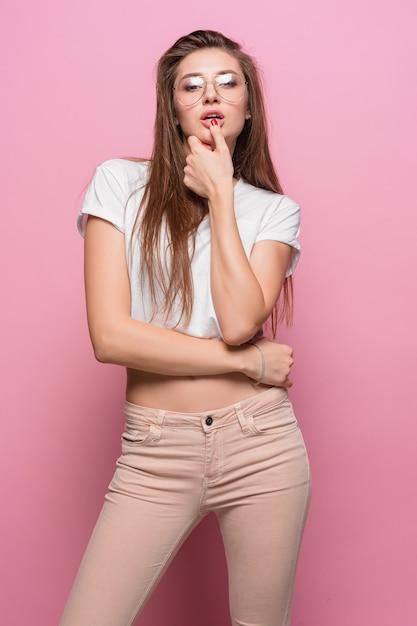 Portret Młodej Kobiety Z Przemyślanymi Emocjami Darmowe Zdjęcia