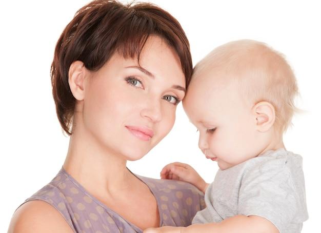 Portret Młodej Matki Całkiem Z Dzieckiem Na Białym Tle Darmowe Zdjęcia