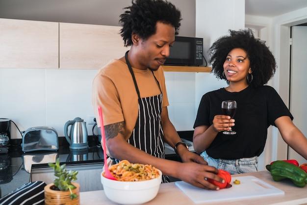 Portret Młodej Pary Afro Wspólne Gotowanie W Kuchni W Domu. Koncepcja Relacji, Kucharz I Styl życia. Darmowe Zdjęcia