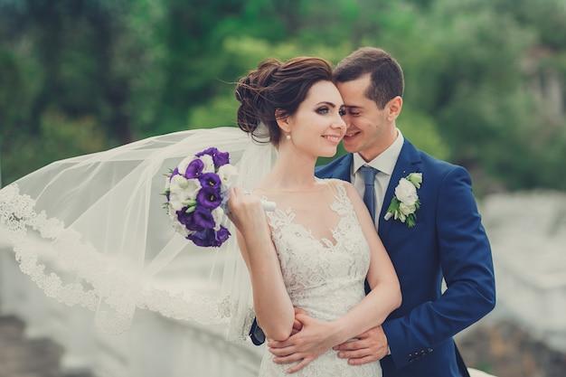 Portret młodej pary w dniu ślubu Premium Zdjęcia