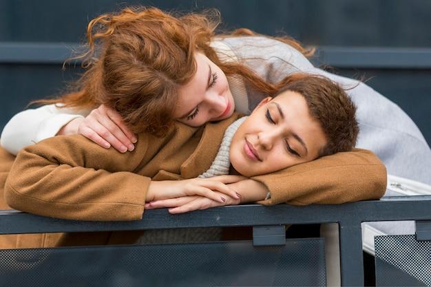 Portret młodej pary w miłości Darmowe Zdjęcia