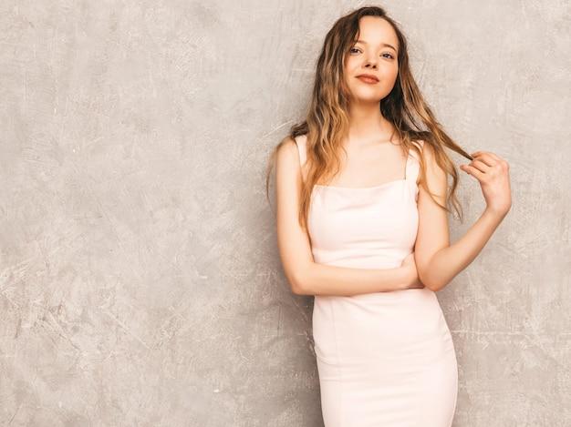 Portret Młodej Pięknej Dziewczyny Poważne W Modne Letnie światło Różowa Sukienka. Seksowny Beztroski Kobiety Pozować. Pozytywny Model Zabawy Darmowe Zdjęcia