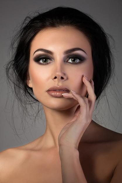 Portret Młodej Pięknej Kobiety Brunetka Dotyka Jej Twarzy Premium Zdjęcia