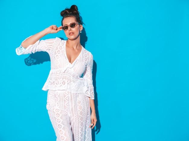 Portret Młodej Pięknej Kobiety Sexy Z Fryzura Ghul. Modna Dziewczyna W Swobodnym Letnim Białym Garniturze Hipster Ubrania W Okularach Przeciwsłonecznych. Gorący Model Odizolowywający Na Błękicie Darmowe Zdjęcia