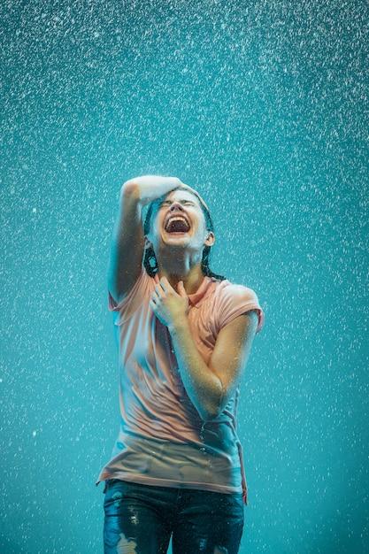Portret Młodej Pięknej Kobiety W Deszczu Darmowe Zdjęcia