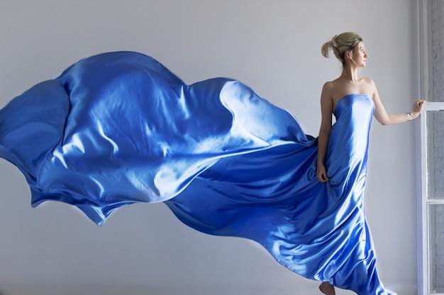 Portret Młodej, Pięknej Kobiety W Modnej Jedwabnej Sukni Premium Zdjęcia