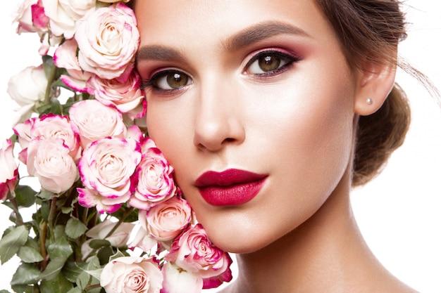 Portret Młodej Pięknej Kobiety Ze Stylowym Makijażem Premium Zdjęcia