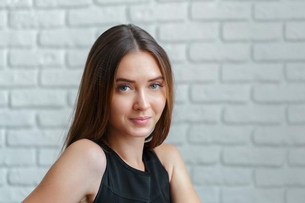 Portret Młodej Pięknej Kobiety Premium Zdjęcia