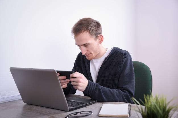 Portret Młody Biznesowego Mężczyzna Obsiadanie Przy Jego Biurka Desktop Laptopu Technologią W Biurze Internetowy Marketing, Finanse, Biznesowy Pojęcie Premium Zdjęcia