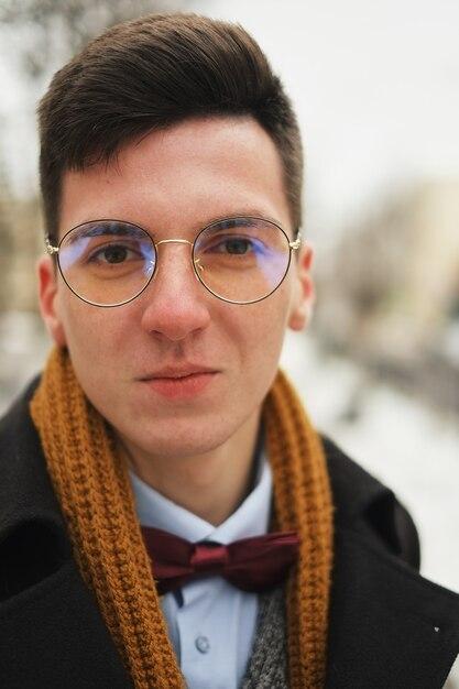 Portret młody człowiek z miejskiego wyglądu w nowym jorku. Premium Zdjęcia