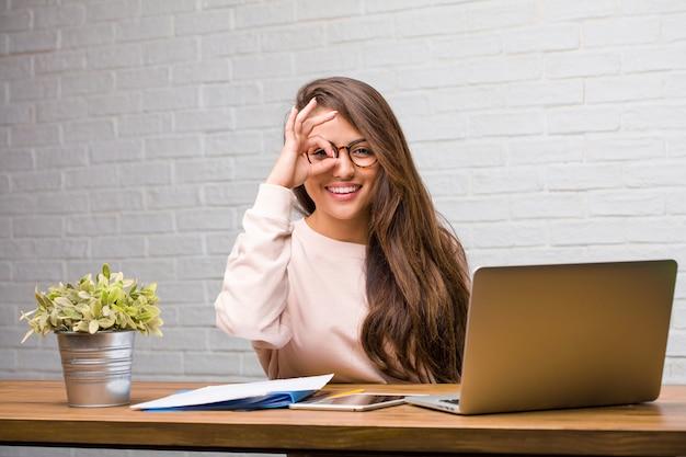 Portret Młody Studencki łaciński Kobiety Obsiadanie Na Jej Biurku Rozochoconym I Ufnym Robi Ok Premium Zdjęcia