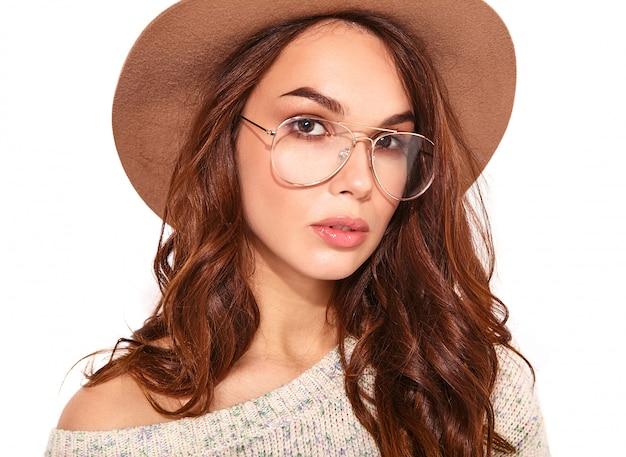 Portret Młody Stylowy Model W Przypadkowych Letnich Ubraniach W Brown Kapeluszu Z Naturalnym Makeup W Szkłach Na Bielu Darmowe Zdjęcia