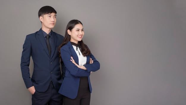 Portret Młodzi Azjatyccy Zaufanie Ludzie Biznesu Na Szarym Tle Premium Zdjęcia