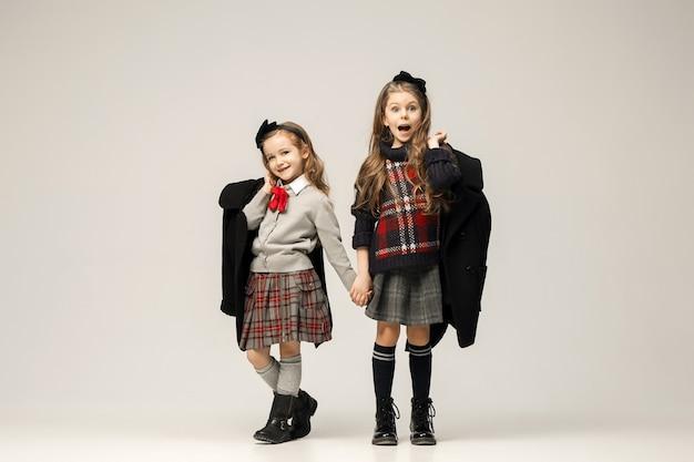 Portret Moda Młodych Pięknych Nastolatek W Sukience. Koncepcje Piękna, Mody, Blasku, Makijażu I Lśnienia. Modele Kaukaskie Darmowe Zdjęcia