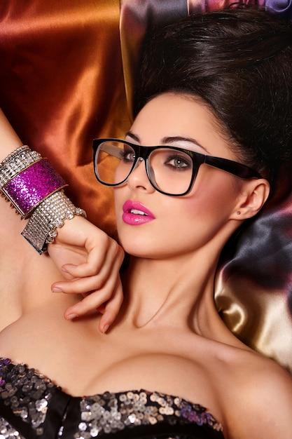 Portret Moda Model Piękna Brunetka Dziewczyna W Okularach Z Jasnym Makijażu Różowe Usta I Niezwykłą Fryzurę Jasne Kolorowe Darmowe Zdjęcia