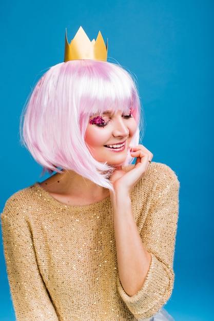 Portret Modna Radosna Młoda Kobieta Z Cięciem Różowe Włosy. Uśmiech Z Zamkniętymi Oczami, Makijaż Z Różowymi Błyskotkami, Szczęście, Impreza, świętowanie Nowego Roku, Urodziny, Karnawał. Darmowe Zdjęcia